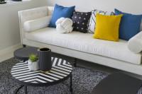 Pohovka s pestrými vankúšmi v čiernobielej obývačke