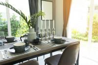 Dlhý jedálenský stôl v priestrannej jedálni