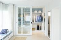 Priestranný biely šatník s presklenými dvereami