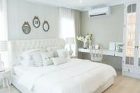 Biela čalúnená manželská posteľ v romantickej bielej spálni