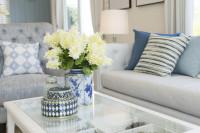 Bielo-modré vázy v provensálskej obývačke