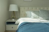 Biela látková lampa v klasickej spálni