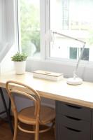 Písací stôl so zásuvkami a drevená stolička
