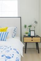 Dizajnový nočný stolík vo svetlej spálni