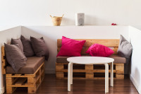 Paletové lavice s vankúšmi a okrúhly stolík