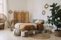 Pohodlná posteľ s pletenými doplnkami v boho štýle