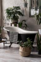 Elegantná retro vaňa v čierno-bielej kúpeľni