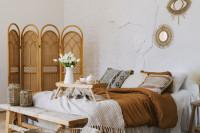 Pohodlná posteľ s prírodnými dekoráciami v boho štýle