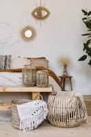 Svetlá boho spálňa s drevenými doplnkami