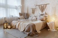 Drevená posteľ v spálni s bielou tehlovou stenou