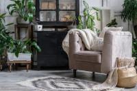 Pohodlné svetlé kreslo s pletenou dekou