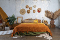 Veľká posteľ a dekorácie v bohémskej spálni