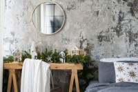 Okrúhle zrkadlo a zimná výzdoba v industriálnej spálni