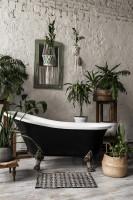 Čierna retro vaňa v bohémskej kúpeľni