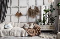 Pohovka a vintage komoda v bohémskej obývačke