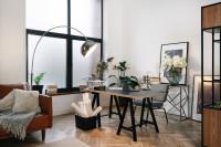 čierny písací stôl a stojanová lampa v elegantnej pracovni