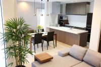 Jedálenský stôl v modernej obývačke s kuchyňou