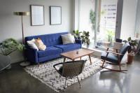 Modrý gauč v retro obývačke