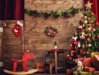 Vianočné dekorácie v tradičnej červenej a zelenej farbe