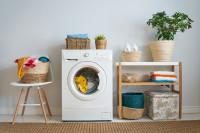 Biela škandinávska práčovňa s prírodnými doplnkami