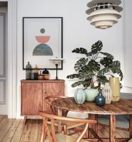 Jedáleň s masívnym dreveným nábytkom v škandinávskom štýle