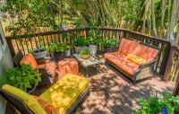 Ratanový záhradný nábytok s pestrými podsedákmi