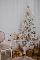 Vintage stolička a bielo-zlatý vianočný stromček