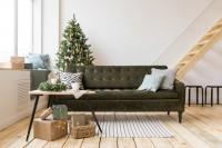 Sivozelená látková pohovka drevený konferenčný stolík s prírodnými vianočnými dekoráciami