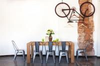 Drevený stôl a kovové stoličky v industriálnej jedálni