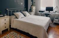 Kovová manželská posteľ a písací stôl v škandinávskej spálni
