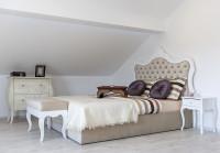 čalúnená manželská posteľ a komoda v barokovom štýle