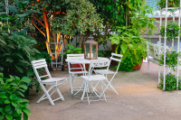 Biely záhradný stôl a stoličky s dekoračným lampášom