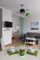 Sivá pohovka a konferenčný stolík na kolieskach v modernej obývačke