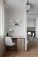 Písací stôl a biela stolička v malom pracovnom kúte