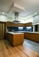 Moderná kuchynská linka v dekore dreva