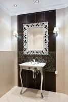 Barokové nástenné zrkadlo v hnedo - bielej luxusnej kúpeľni