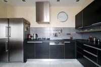 Elegantná čierna kuchyňa s nerezovými doplnkami