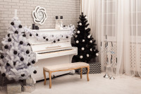 Vianočné stromčeky pri klavíri v čiernobielej obývačke