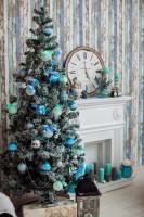 Vianočný stromček s modrými ozdobami vo viktoriánsky ladenej obývačke