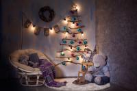 Ratanové kreslo v detskej izbe s vianočnými dekoráciami