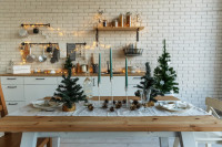 Jedálenský stôl s vianočným prestieraním