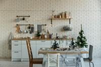Vianočné dekorácie v bielej kuchyni s tehlovou stenou