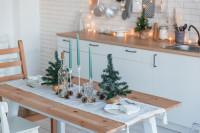 Stôl s vianočnými dekoráciami v škandinávskej kuchyni