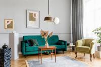 Drevený stolík a zelená pohovka v retro štýle