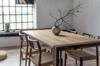 Drevený jedálenský stôl doplnený elegantnou vázou