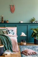 Odkladací stolík so sviečkami v modrej spálni