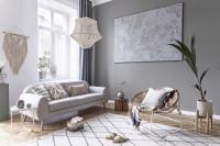 Svetlá pohovka v boho obývačke s prírodnými doplnkami