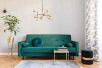 Zelená pohovka v priestrannej retro obývačke