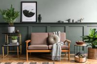 Ružová retro pohovka v sivozelenej obývačke