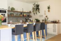 Čalúnené barové stoličky v provensálskej kuchyni